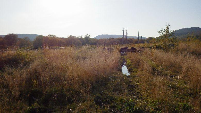 Остатки шпал у железной дороги в селе Пугачево
