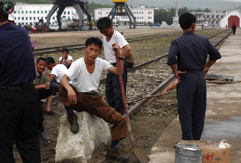 Местные рабочие отдыхают перед церемонией отплытия круизного судна с туристами в порту северокорейской экономической зоны Расон к северо-востоку от Пхеньяна, 30 августа 2011 года. (REUTERS/Carlos Barria)