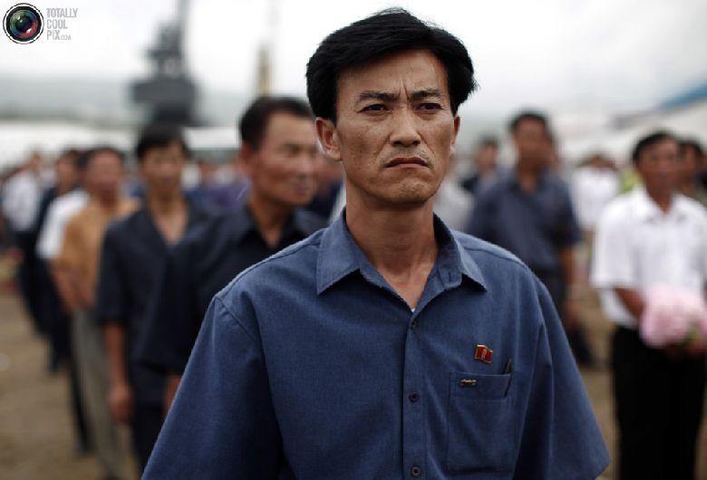Местный житель присутствует на церемонии отплытия круизного судна с туристами в северокорейской экономической зоне Расон к северо-востоку от Пхеньяна, 30 августа 2011 года. (REUTERS/Carlos Barria)