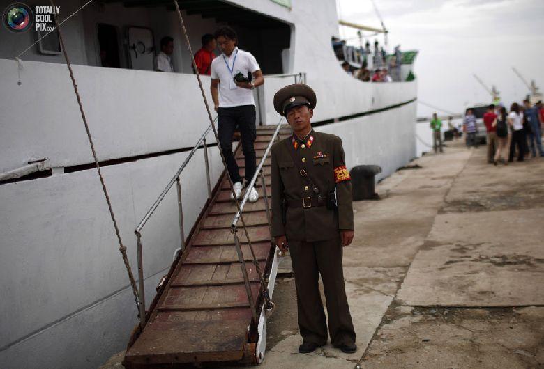 Солдат дежурит возле круизного судна «Mangyongbyong» перед его отплытием из порта северокорейской экономической зоны Расон к северо-востоку от Пхеньяна, 30 августа 2011 года. (REUTERS/Carlos Barria)