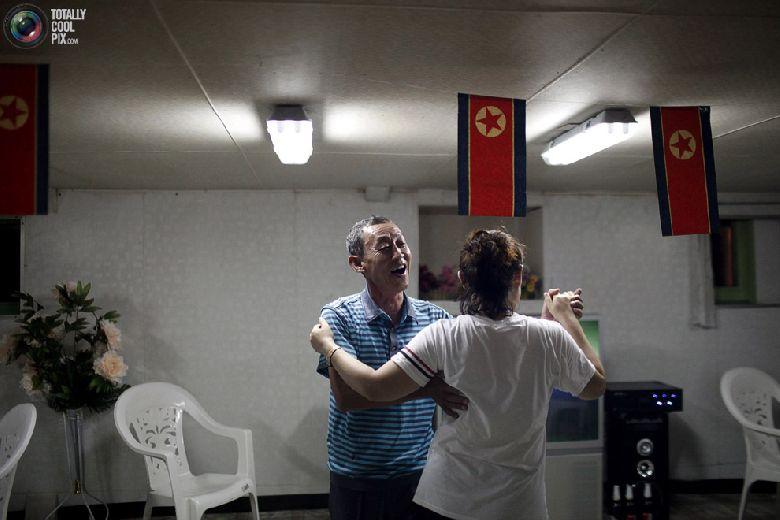 Китайские туристы танцуют на борту круизного судна «Mangyongbyong», которое совершает свой первый рейс, недалеко от северокорейской экономической зоны Расон, 30 августа 2011 года. (REUTERS/Carlos Barria)
