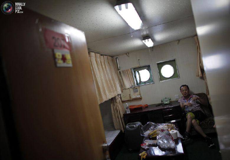 Китайский турист сидит в каюте круизного судна «Mangyongbyong», проплывающего мимо курортной зоны «Гора Кымган», 1 сентября 2011 года. (REUTERS/Carlos Barria)