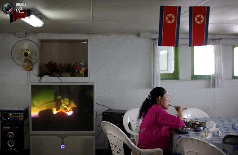 Официантка завтракает на борту круизного судна «Mangyongbyong» недалеко от северокорейской экономической зоны Расон к северо-востоку от Пхеньяна, 2 сентября 2011 года. (REUTERS/Carlos Barria)