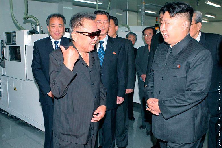 А вот у сынульки Великого руководителя, судя по его внешнему виду, всё нормально и травку он не щиплет. На этом снимке Ким Чжон Ын пришел с папой поруководить заводом, где делают CD и DVD. Обычно, когда корейским дармоедам нужно собрать подать с других стран, они начинают пугать своей ядерной погремушкой или пускают внутрь тщательно охраняемого периметра людей, вроде Конумы, и для них не скрывают реального положения дел в сельском хозяйстве. Оживляют движуху, скажем так. Глядишь, китайцы с американцами подкинут кукурузы и риса сверх обычной нормы.