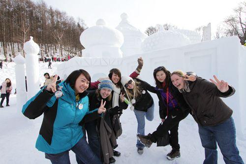 Возвышающиеся снежные скульптуры привели в восторг посетителей (Фото любезно предоставлено Комитетом Фестиваля снега Тхэбек)