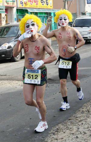 С надписями «Не курить!» на оголенных торсах два участника топ-лесс марафона выразили свою готовность бросить курить в этом году (Фото: «Йонхап Ньюс»)