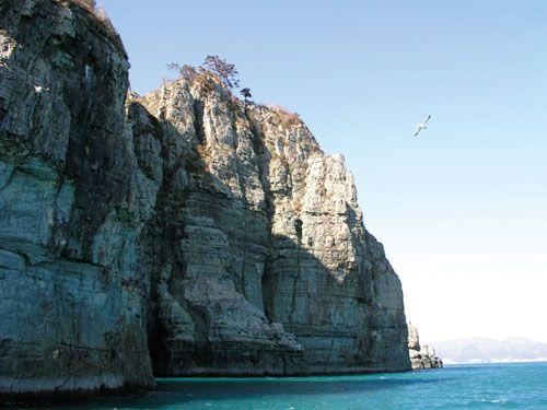 Скальное образование Хегымкан можно увидеть с близкого расстояния, проплывая мимо на пароме (фото из еженедельника «Конгам»)