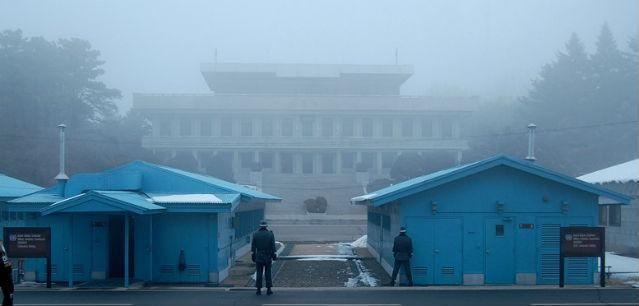 Туристы на смотровой площадке на горе Торасан смотрят на территорию Северной Кореи. 2) В качестве единственного места вдоль линии перемирия, где Южная Корея и Северная Корея могут вступать в контакт, Пханмунчжом являлся и продолжает быть площадкой для межкорейского диалога и военных совещаний. Официально известная как объединенная зона безопасности площадью в 800 квадратных метров размещена вокруг военной демаркационной линии и защищается солдатами с обеих сторон. (Фото: Джона Данбара и Информационного агентства Ёнхап Ньюз).