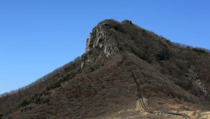 Походная дорожка идет на протяжении всего пути на пик Хванмепон, вершину горы Хванмесан.