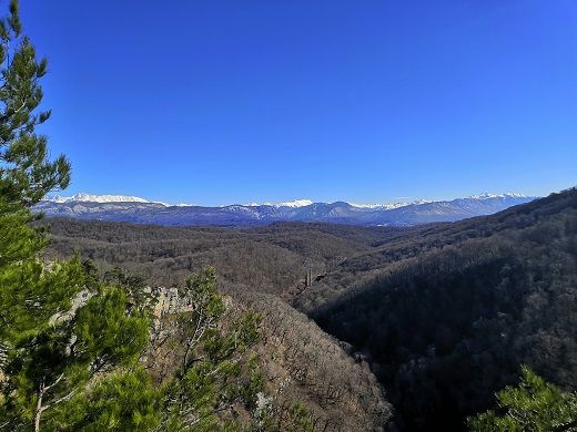 Слева заснеженные вершины гор